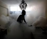 Un miembro de una brigada de fumigación contra el mosquito que produce el dengue. La Habana, 2 de noviembre 2009. Cuba lleva a cabo la fumigación periódica dentro de los hogares para evitar la propagación del dengue, un virus transmitido por mosquitos que causa una fiebre que puede ser mortal. (REUTERS / Desmond Boylan)