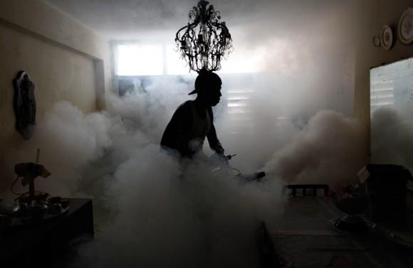 Un miembro de una brigada de fumigación contra el mosquito que produce el dengue. La Habana, 2 de noviembre 2009. Cuba lleva a cabo la fumigación periódica dentro de los hogares para comprobar la propagación del dengue, un virus transmitido por mosquitos que causa una fiebre que puede ser mortal. (REUTERS / Desmond Boylan)