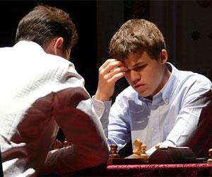 El genio noruego de 18 años, Magnus Carlsen (derecha), ganó categóricamente el Campeonato Mundial de ajedrez Blitz.