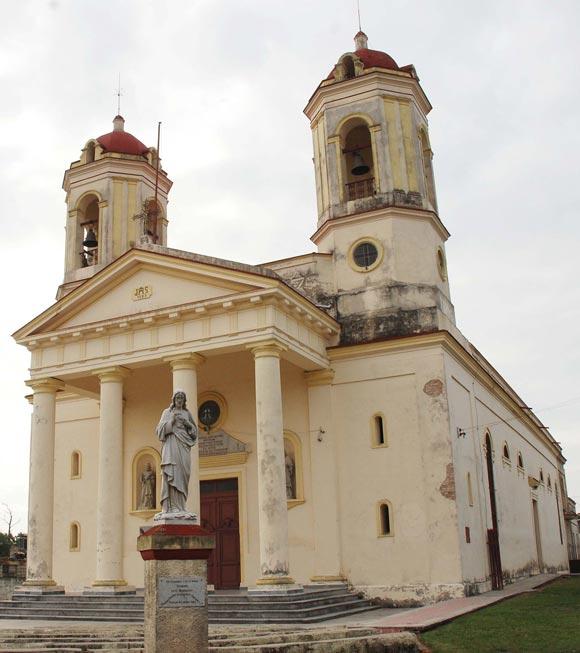 Con sus techos rojizos y esquinas de alegre bullicio, al andar la ciudad de Pinar del Río, salen al encuentro edificaciones como esta, su catedral. 02 de noviembre de 2009. AIN FOTOS/Abel PADRON PADILLA