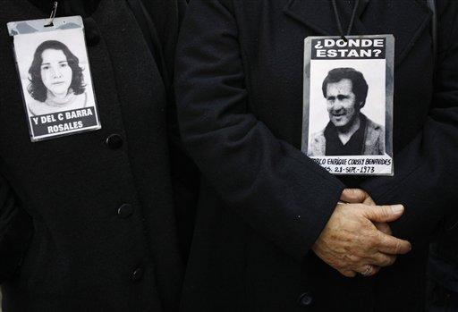 Foto: En esta foto de archivo de septiembre de 2008, familiares muestran imágenes de disidentes chilenos desaparecidos durante la dictadura de Augusto Pinochet (1973-1990). Ex reclutas podrían revelar los lugares donde están los restos de los desaparecidos pero tienen miedo de ir a la cárcel por estar desprotegidos jurídicamente. (AP foto/Archivo de Roberto Candia)