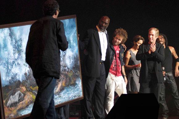 """José Juan Ortiz, representante de la UNICEF en Cuba, recibe de manos de Humberto """"El Negro"""" un cuadro de su autoría, donado a la organización"""