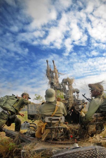 Defensa de un objetivo por un batallón de las Milicias de Tropas Territoriales (MTT), apoyados por unidades de infantería y artillería antiaérea, en la provincia de Holguín, durante un simulacro de golpe aéreo enemigo, como parte del Dia Nacional de la Defensa, el 29 de noviembre de 2009. AIN FOTO/Juan Pablo CARRERAS