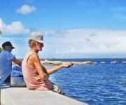 Pescadores en el malecón de Puerto Padre, en la oriental provincia de Las Tunas,Cuba, el 23 de noviembre de 2009. AIN FOTO/Yaciel PEÑA DE LA PEÑA.