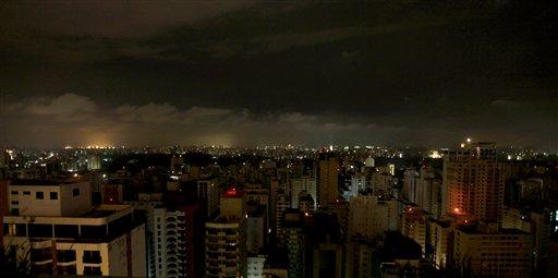 Vista general de Sao Paulo el martes 10 de noviembre del 2009 durante la interrupción del servicio eléctrico en varias partes de Brasil y Paraguay. (Foto AP/Andre Penner)