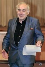 El físico galardonado con el premio Nobel Vitaly Ginzburg en el Instituto Físico P.N. Lebedev en Moscú el 7 de octubre del 2003.Ginzburg murió el Domingo 8 de noviembre del 2009 a la edad de 93 años. (Foto APAlexander Zemlianichenko, archivo)