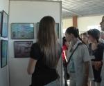 Integrantes de Grenada observan la exposición de  fotografía sobre los Cinco.