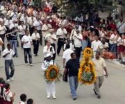 """Los músicos junto al pueblo de Lajas, durante la peregrinación al cementerio de esa localidad para visitar la tumba del Benny, en el marco de las actividades del XVII Festival Internacional de Música Popular """"Benny Moré"""""""