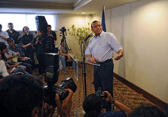 El hacendado de derecha Porfirio Lobo habría ganado el domingo las elecciones presidenciales de Honduras, cinco meses después de un golpe de Estado que hundió al país en una crisis política, según sondeos a boca de urna. Foto: AFP PHOTO/ Yuri CORTEZ y Orlando SIERRA