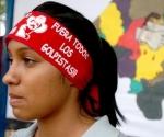 Una mujer viste una pañoleta con una imagen del presidente constitucional Manuel Zelaya, el sábado 31 de octubre de 2009, en Tegucigalpa (Honduras). El Frente de Resistencia contra el Golpe de Estado en el país mantendrá su boicot contra las elecciones del 29 de noviembre próximo, incluida la retirada de propaganda, hasta que se produzca la restitución de Zelaya anunció este sábado uno de sus coordinadores.  Foto: EFE/Efraín Salgado