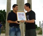 A la izquierda Javier Arza Valdés recibe el diploma que lo acredita como delegado directo del IX Congreso de la UJC
