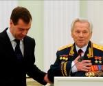 Los actos conmemorativos con motivo del aniversario del veterano constructor arrancaron el lunes con una conferencia científica en Izhmash, el consorcio metalúrgico de Izhevsk, en el Volga, cerca de los Urales, en cuya oficina de diseño él trabaja desde hace sesenta años, y continúan hoy en Moscú. EFE/Natalia Kolesnikova