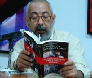Recibe Leonardo Padura el Premio de la Crítica Literaria 2011 en Cuba
