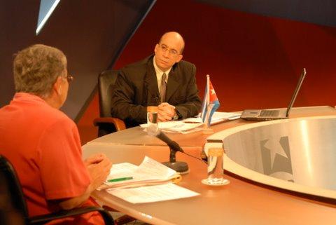 El director de la Mesa Redonda, Randy Alonso, y la periodista Nidia Díaz.