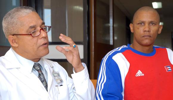 Norge Luis Vera junto al doctor Raymundo Luis Hernández Pérez, jefe del equipo médico que lo operó. Foto: Calixto N. Llanes