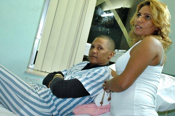 Norge Luis Vera junto a familiares en el Hospital Hermanos Amaijeiras