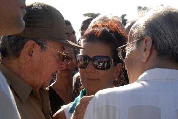 El presidente cubano Raúl Castro Ruz (I) , junto al presidente de la Asamblea Nacional, Ricardo Alarcón de Quesada (D de espaldas), e Isabel Hernández (C), hermana de Gerardo Hernández Nordelo, uno de los cinco antiterroristas cubanos presos injustamente en Estados Unidos, durante la ceremonia de inhumación de Carmen Nordelo Tejeda, madre de Gerardo, en la Necrópolis de Colón, en La Habana, el 0'3 de noviembre de 2009. AIN FOTO/Oriol de la Cruz ATENCIO