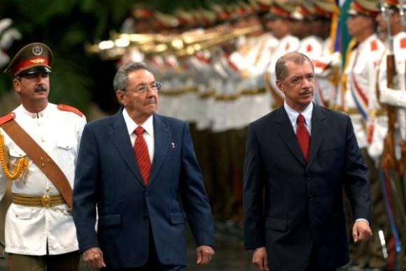 El General de Ejercito Raúl Castro Ruz (I), Presidente de los Consejos de Estado y de Ministros de Cuba, recibió a James Alix Miche (D), Presidente de la República de Seychelles, en el Palacio de la Revolución, en Ciudad de La Habana, el 29 de noviembre de 2009.AIN FOTO/ Marcelino VAZQUEZ HERNANDEZ