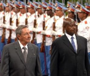 El General de Ejercito Raúl Castro Ruz (I), presidente de los Consejos de Estado y de Ministros de Cuba, recibió esta tarde a el General Yoweri Kaguta Museveni, (D), presidente de la República de Uganda, en el Palacio de la Revolución, en Ciudad de La Habana, el 30 de noviembre de 2009. AIN FOTO/Marcelino VAZQUEZ HERNANDEZ