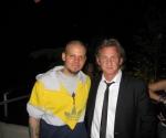 """""""Calle 13 podría componer e interpretar un tema para la próxima película que el actor Sean Penn realizará bajo la tutela del productor Oliver Stone.  René Pérez (""""Residente"""") y Eduardo Cabra (""""Visitante""""), integrantes del popular dúo puertorriqueño de música urbana, se reunieron por dos horas con el actor estadounidense el pasado fin de semana, durante una visita a Caracas, informó el diario El Nuevo Día.  """"La gente que estaba con Sean Penn, que es parte del equipo que trabaja con Oliver Stone, nos habló de ver si hacíamos música para una película que están filmando en el río Orinoco"""", dijo Pérez la noche del lunes desde Las Vegas, donde se encuentra ensayando su participación en la décima entrega de los Latin Grammy.  """"Él sabía un poco de Calle 13 porque la gente cercana a él nos conoce y les gusta nuestra música. Le dije que era seguidor de su trabajo, y hablamos de cine"""", añadió el músico boricua.  """"Residente"""" describió a Penn como una persona """"humilde, buena gente, como una persona a la que le interesa conocer cosas nuevas"""".  Agregó que en diciembre planea volver a reunirse con el actor para conversar sobre futuros proyectos juntos"""", escribió Residente en su Twitter."""