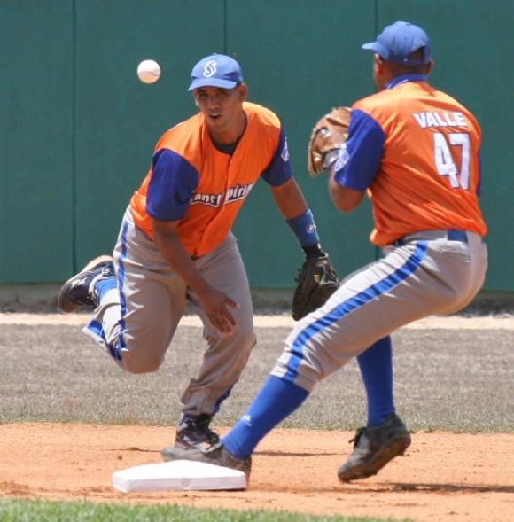 Muchos equipos, incluso los fuertes como Sancti Spíritus, varían de un año a otro su combinación alrededor de la segunda base. Foto: Alex Castro.