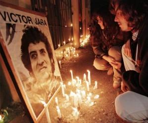 Seguidores del cantautor chileno depositan velas delante del estadio donde fue arrojado su cuerpo sin vida en 1973. Foto REUTERS