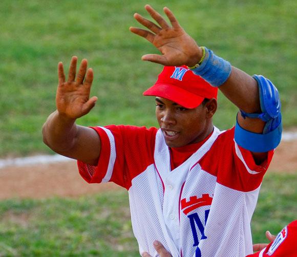 ¡Bingo! Y Metropolitanos le ganó el primer pulso a Camagüey. Foto: Alex Castro