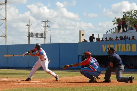 Mario Jorge Vega segunda base de Ciego de Avila, en el segundo choque de la subserie que se juega frente a Granma.