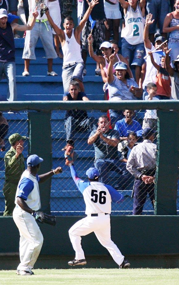 Los fildeos de Carlos Tabares (56) enloquecen a los aficionados. Foto: Alex Castro
