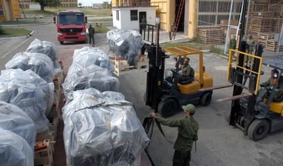 Práctica de evacuación de medios materiales de una base de almacenes de las Fuerzas Armadas Revolucionarias (FAR), como parte del Ejercicio Estratégico Bastión 2009, en Ciudad de La Habana, el 28 de noviembre de 2009. AIN FOTO/Marcelino VAZQUEZ HERNANDEZ