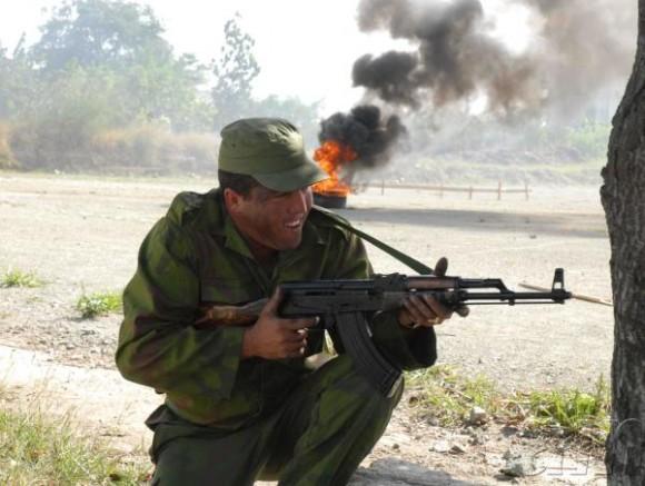 Soldado que participa en simulacro de combate en la ciudad de Sancti Spiritus, Cuba, el 29 de noviembre de 2009. AIN FOTO/Oscar ALFONSO SOSA