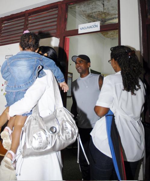 ocal de vacunación del Policlínico José Luís Chaviano, de la ciudad de Cienfuegos, Cuba, durante el inicio de la campaña nacional de vacunación contra gripes estacionales, 09 de noviembre de 2009/AIN FOTO/ Justo GONZÁLEZ ORTEGA