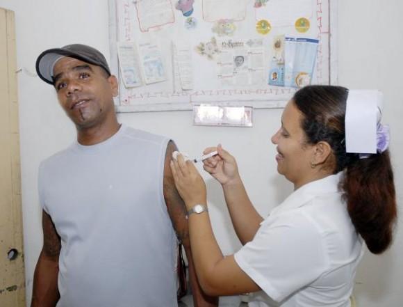 La Lic. en enfermería Lizet Rodríguez aplica la vacuna a un paciente que acude al local de vacunación del Policlínico José Luís Chaviano, de la ciudad de Cienfuegos, Cuba, durante el inicio de la campaña nacional de vacunación contra gripes estacionales.