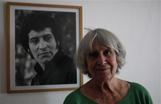 La viuda de Víctor Jara, Joan Turner, junto a un retrato del cantante. Nuevas pericias revelaron que Jara fue torturado antes de ser acribillado a balazos. Pero todavía no se sabe quiénes hicieron los disparos. (AP Photo/Roberto Candia)