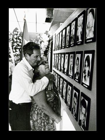 Familiares de las víctimas del sabotaje terrorista organizado por Luis Posada Carriles, el 6 de octubre de 1976. Costó la vida a 73 civiles inocentes