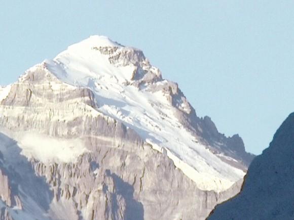 Próxima a la cima del Aconcagua bandera en honor a los Cinco