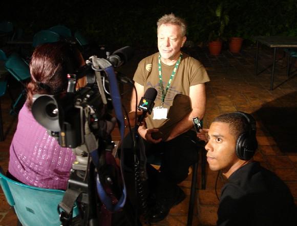 Arleen Rodríguez entrevista a León Gieco. A su lado, Navarro, el camarógrafo de Telesur en La Habana.