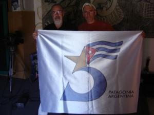 """Atilio Borón (a la izquierda) junto a Santiago """"Meteoro"""" Vega con la bandera que los expedicionarios llevarán al Aconcagua."""