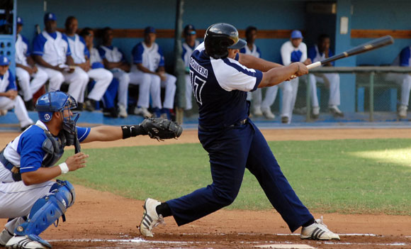 El holguinero Lerys Aguilera puso a viajar la pelota este viernes en el Latinoamericano. Foto: Juan Moreno
