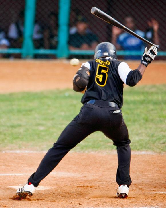 En la actualidad llueven los pelotazos cuando se intenta cerrar a los bateadores. Foto: Alex Castro