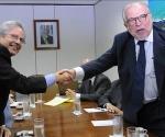 El secreatario especial de Asuntos Internacionales del Gobierno brasileño, Marco Aurelio García (d), saluda hoy, lunes 14 de diciembre de 2009, al secretario de Estado adjunto de Estados Unidos para América Latina, Arturo Valenzuela (i), durante una reunión en Brasilia (Brasil). EFE/Antônio Cruz