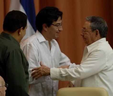 El presidente cubano Raúl Castro Ruz (D) junto a Hugo Rafael Chávez Frías (I), Presidente de la República Bolivariana de Venezuela y Fander Falconí (C), ministro de Relaciones Exteriores, Comercio e Integración de Ecuador, durante el acto de clausura de la Cumbre de la Alianza Bolivariana para los Pueblos de Nuestra América (ALBA), en el Palacio de Convenciones, en La Habana, Cuba, el 14 de diciembre de 2009. AIN FOTO/Marcelino VAZQUEZ HERNANDEZ
