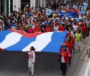 Con una marcha de mujeres por las calles de la Ciudad Bandera, en la provincia de Matanzas exigiendo la libertad de los Cinco antiterroristas cubanos presos en injustamente en los Estados Unidos, se celebró el décimo Aniversario de la Batalla de Ideas, el 6 de diciembre de 2009 AIN FOTO/Marisol RUIZ SOTO/