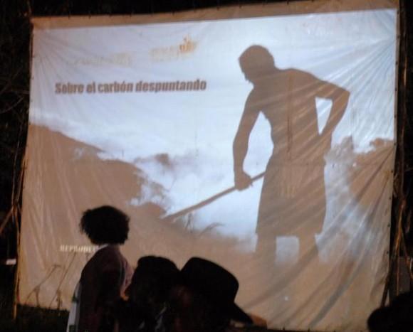Documental Sobre el carbón despuntando, pasado a los cenagueros, en el que se cuenta la historia de aquel día tan importante para los carboneros, en el poblado de Soplillar, el 24 de diciembre de 2009 AIN FOTO/Marisol RUIZ SOTO