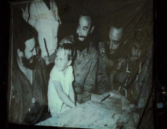 Imagen de la cena del 24 de diciembre de 1959, que aparece en el monumento creado por Kcho.