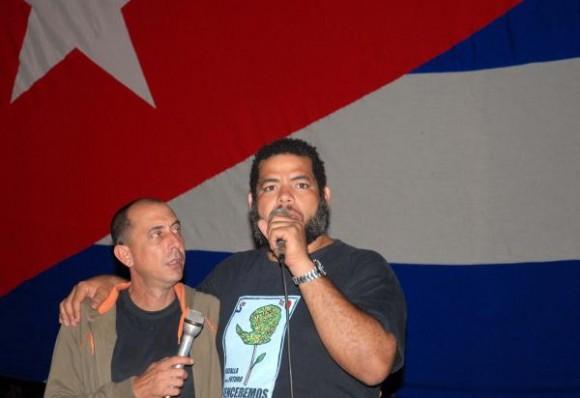 Kcho junto a su brigada Martha Machado promotor del proyecto en Soplillar, donde el líder de La Revolución cenó hace 50 años con carboneros de la Ciénaga de Zapata, el 24 de diciembre de 2009 AIN FOTO/Marisol RUIZ SOTO
