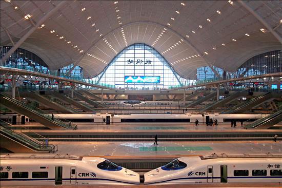 Varios de los nuevos trenes de alta velocidad chinos (CRH) se preparan para partir hacia Cantón desde la estación de Wuhan (China), se ha inaugurado la línea de tren de alta velocidad más rápida del mundo, que une en 3 horas las ciudades de Wuhan (centro) y Cantón (sur). En en una segunda fase, la línea unirá Pekín con Cantón, recorriendo un total 1.069 kilómetros a una media de 350 kilómetros por hora. EFE/