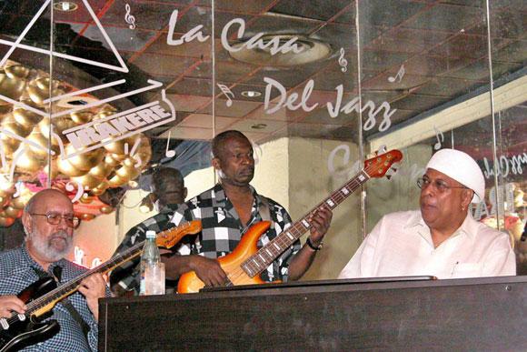 Carlos Emilio Morales (izquierda), Jorge Reyes y Chucho Valdés (derecha), integrantes de Irakere, en la Casa del Jazz. (Foto: Archivo)
