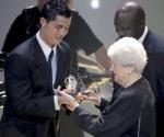 """El portugués Cristiano Ronaldo (i) recibe de manos de Elisabeth Puska (d) el Premio Puskas 2009, que se otorga al considerado como el """"Gol más bonito"""" del año, durante la Gala de la FIFA en el Kongresshaus de Zúrich, Suiza, hoy, 21 de diciembre de 2009. - Efe Agencia"""