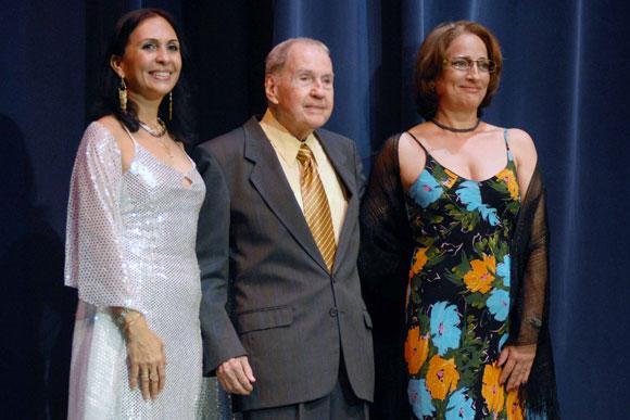 Reconocimiento a destacadas figuras de la Danza, en el aniversario 42 de la fundación del Ballet de Camagüey, de izquierda a derecha Regina María Balaguer, directora del Ballet de Camagüey, Fernando Alonso y María Herminia Martínez, en el Teatro Principal.